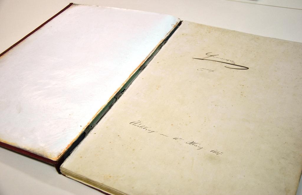 Podpis Franca Jožefa in Elizabetre v spominski knjigi. Foto:noviceznotranjske.si