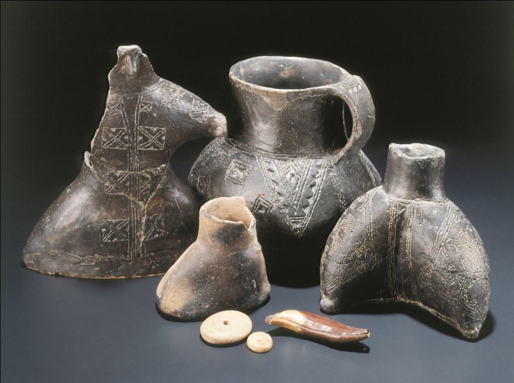 Posode, glinena figurica in obeski s kolišč pri Igu. Foto: Tomaž Lauko