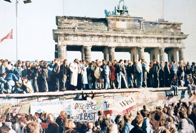 »Die Mauer ist weg!« Berlinski zid in njegov padec