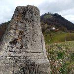 Stari mejni kamen (18. st) se nahaja na originalni lokaciji nekdanje meje med kraljevino Ogrsko in nemškim cesarstvom na grebenu hriba Sv. Avguštih v Halozah. Danes je to slovensko-hrvaška meja.
